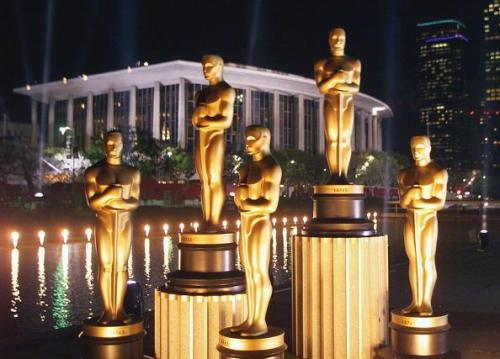LOS ANGELES, UNITED STATES: Replicas of Oscar statues are lit in the night outside the Dorothy Chandler Pavilion 19 March 1999 in Los Angeles ahead of the 71st Academy Awards to be held 21 March 1999 at the Pavilion. (ELECTRONIC IMAGE) AFP PHOTO/Timothy A. CLARY (Photo credit should read TIMOTHY A. CLARY/AFP/Getty Images)